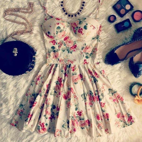 tenue-de-jour-comment-porter-une-robe-bustier-florale