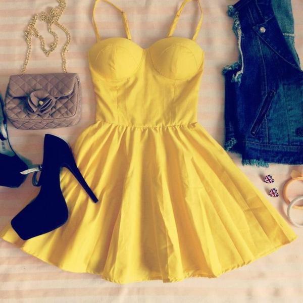 tenue-du-jour-robe-quotidienne-styler-une-robe-bustier-jaune-accessoires