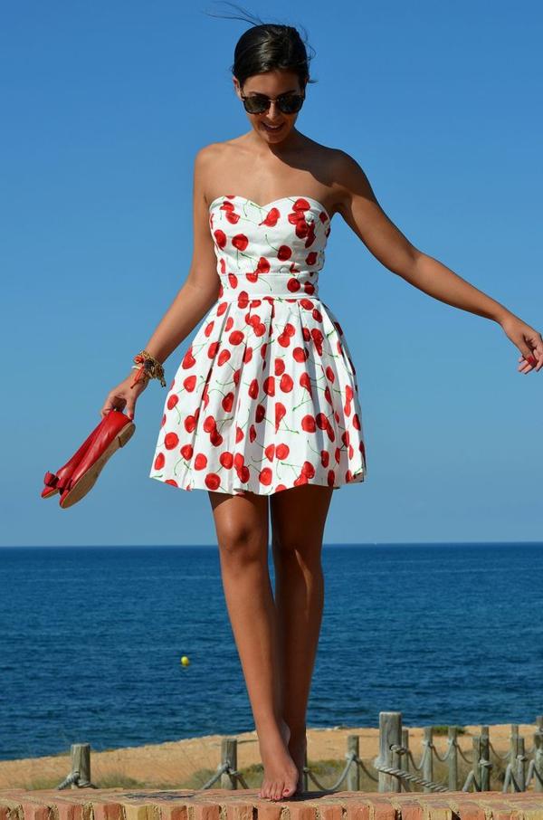 tenue-robe-avec-des-céries-la-mer-jolie-fille-tenue-du-jour-été