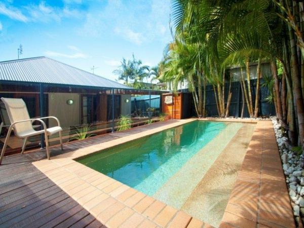 terrasse-en-bois-ou-composite-avec-piscine