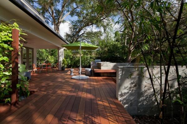 terrasse en bois ou composite, extérieur vert et sol en bois