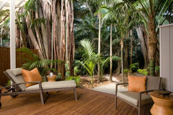 terrasse en bois ou composite, jardin exotique, plusieurs palmiers et