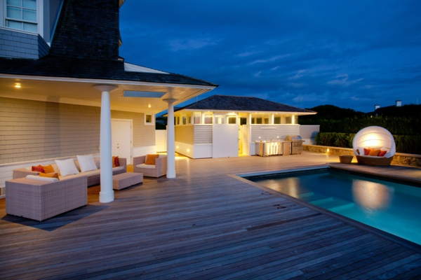 terrasse en bois ou composite, terrasse avec piscine, une maison