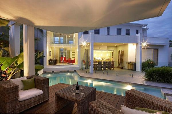 terrasse-en-bois-ou-composite-maison-luxueuse