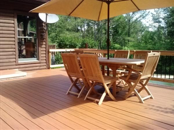 terrasse en bois composite, salon de jardin en bois et un grand