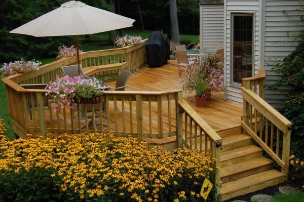terrasse-en-bois-ou-composite-terrasse-extérieure-coquette