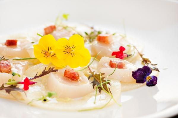 un-plat-végétarien-et-délicieux-avec-des-fleurs-comestibles