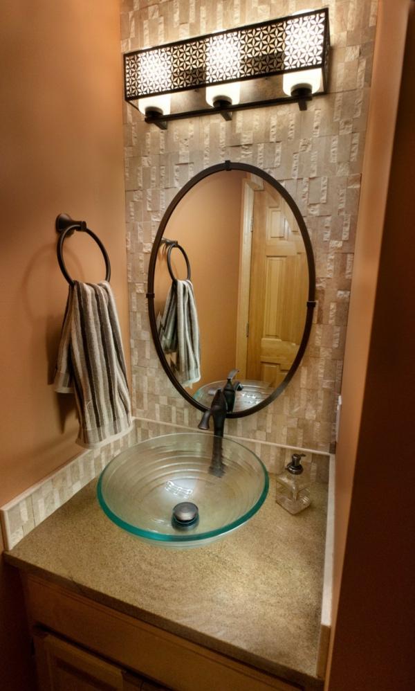 vasque-en-verre-éclairage-fantastique-et-miroir-oval-dans-une-salle-de-bains