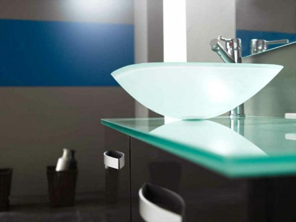 vasque-en-verre-asymétrique-designs-modernes-dans-la-salle-de-bains