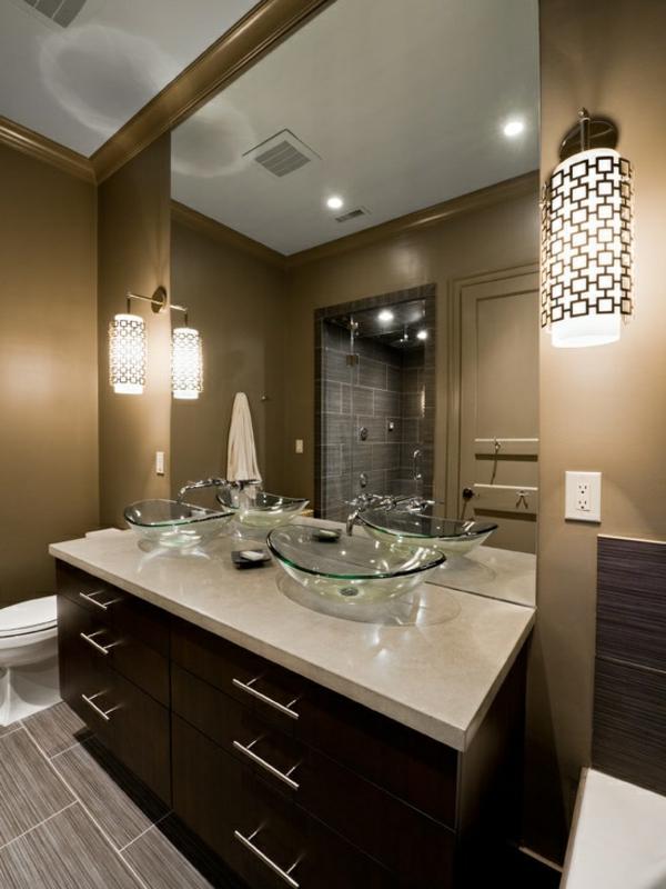 vasque-en-verre-design-stylé-un-grand-miroir-et-deux-lampes