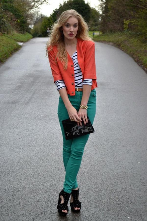 veste-corail-à-boutonnière-portée-avec-une-blouse-à-rayures