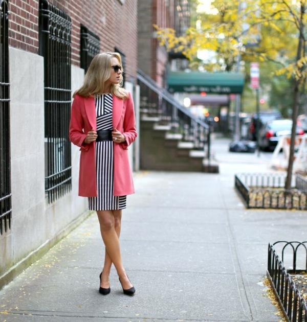 veste-corail-assortie-avec-une-robe-à-rayures