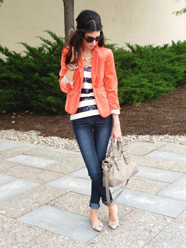 veste-corail-blouse-à-rayures-et-jeans-skinny