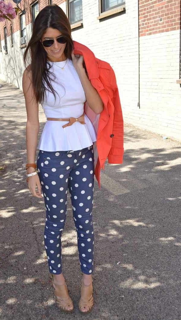 veste-corail-blouse-blanche-et-pantalon-pointillé