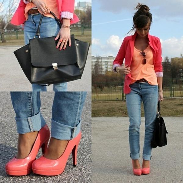 veste-corail-chaussures-à-talons-hauts