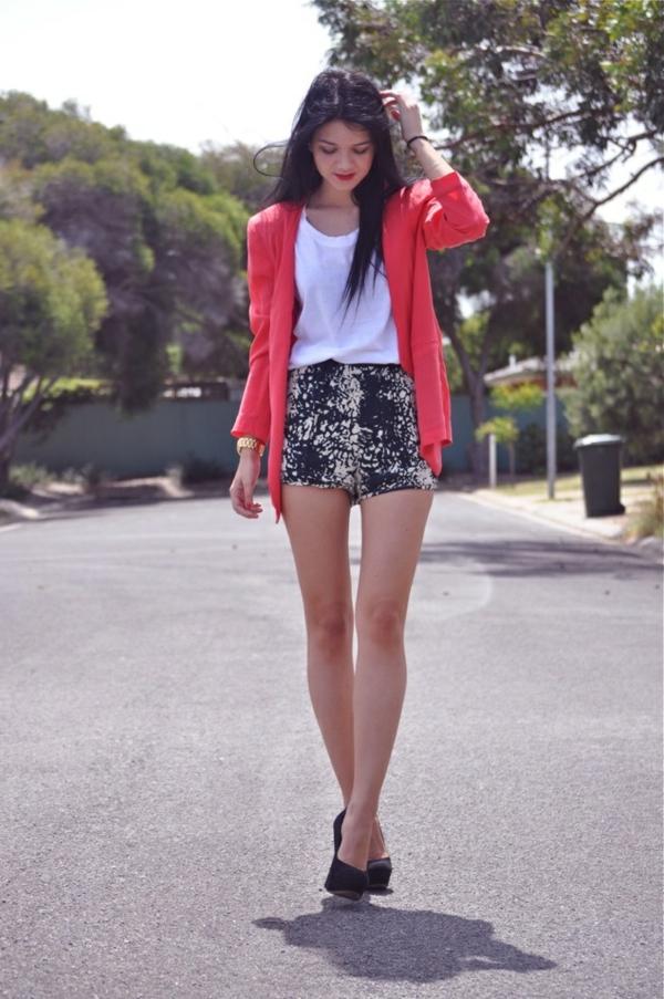 veste-corail-chemise-blanche-et-pantalon-mini
