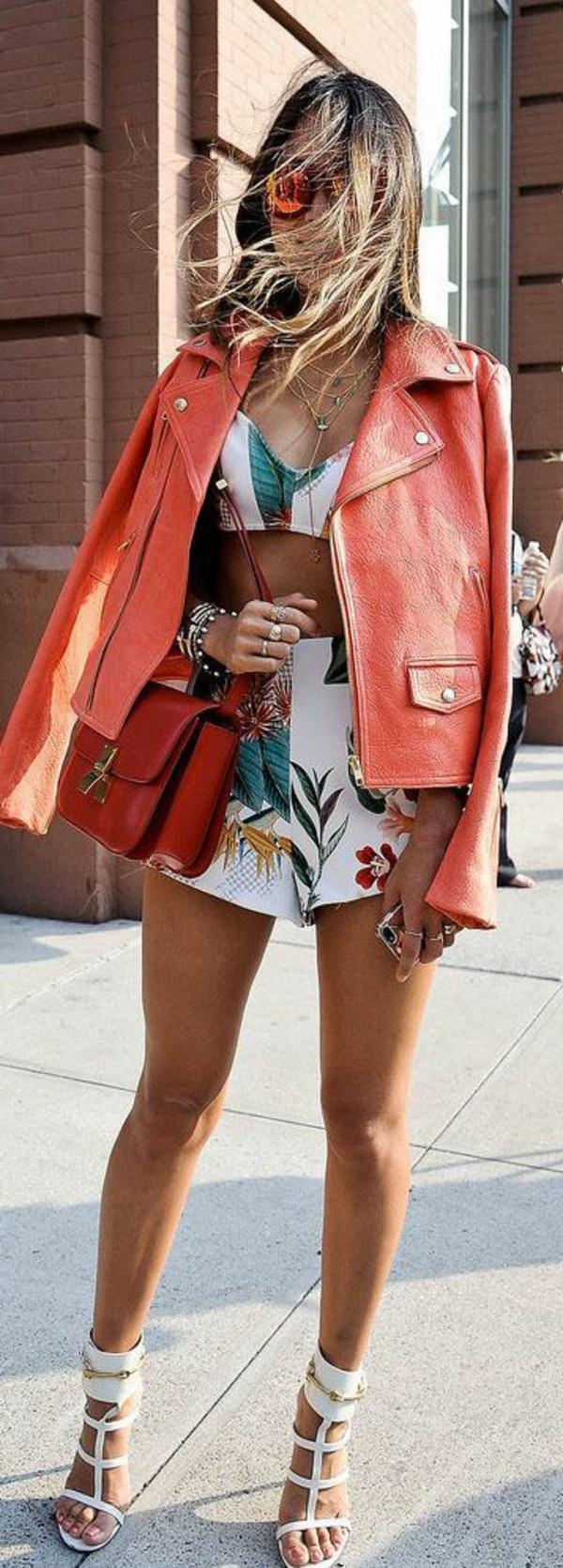 veste-corail-en-cuir-un-outfit-coloré-d'été