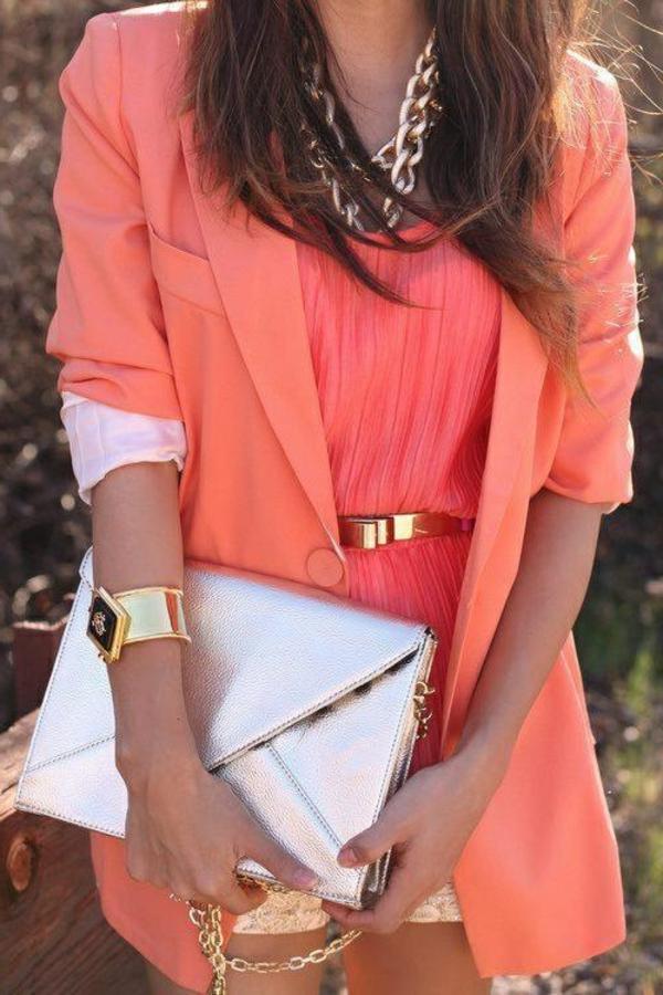 veste-corail-et-blouse-corail-ceinture-dorée-et-sac-argenté