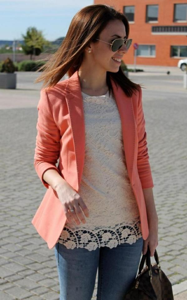 veste-corail-et-blouse-en-dentelle