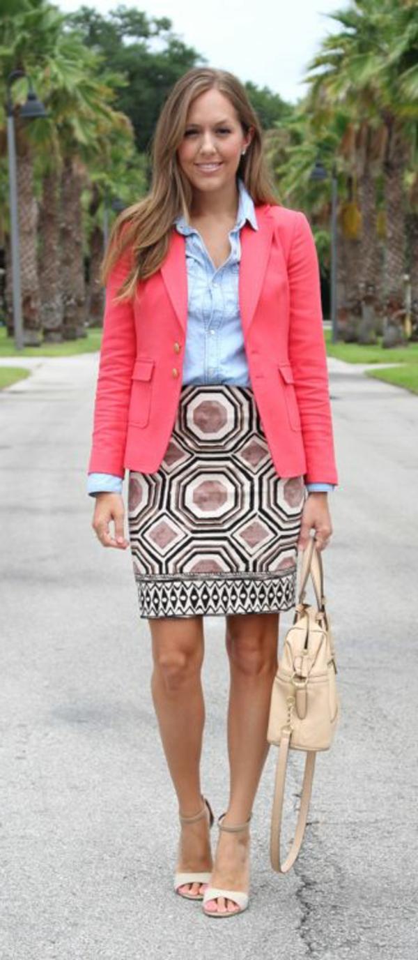 veste-corail-et-jupe-géométrique