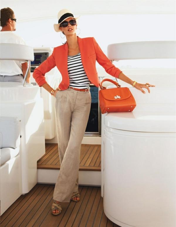 veste-corail-et-pantalon-fluide-beige
