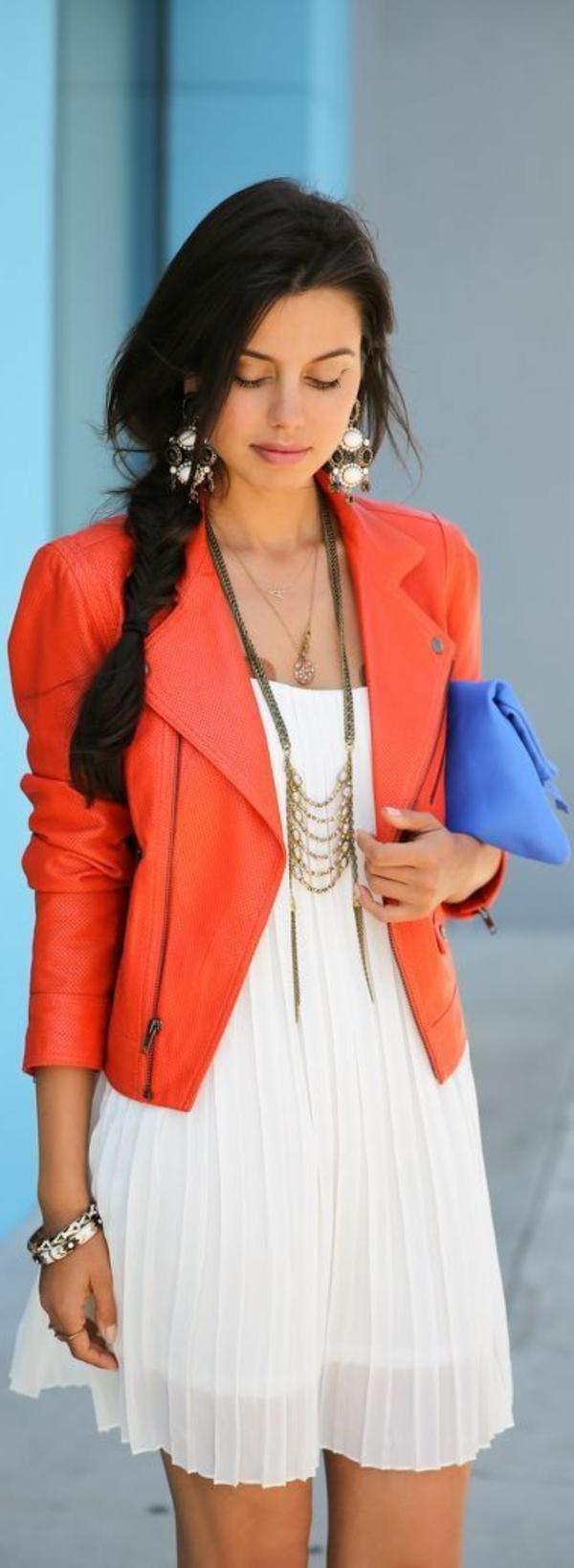 veste-corail-et-robe-blanche-plissée
