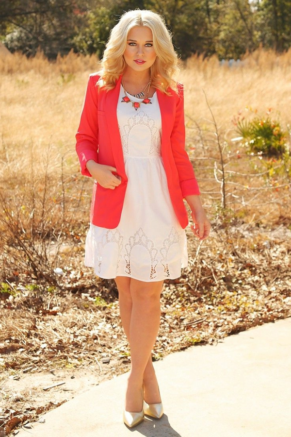 Robe blanche et veste rose