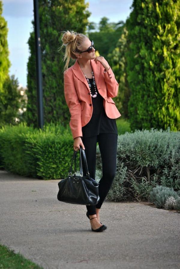 veste-corail-et-tenue-noire