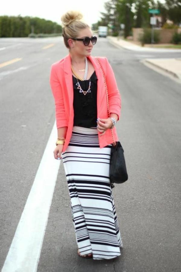 veste-corail-et-une-jupe-longue