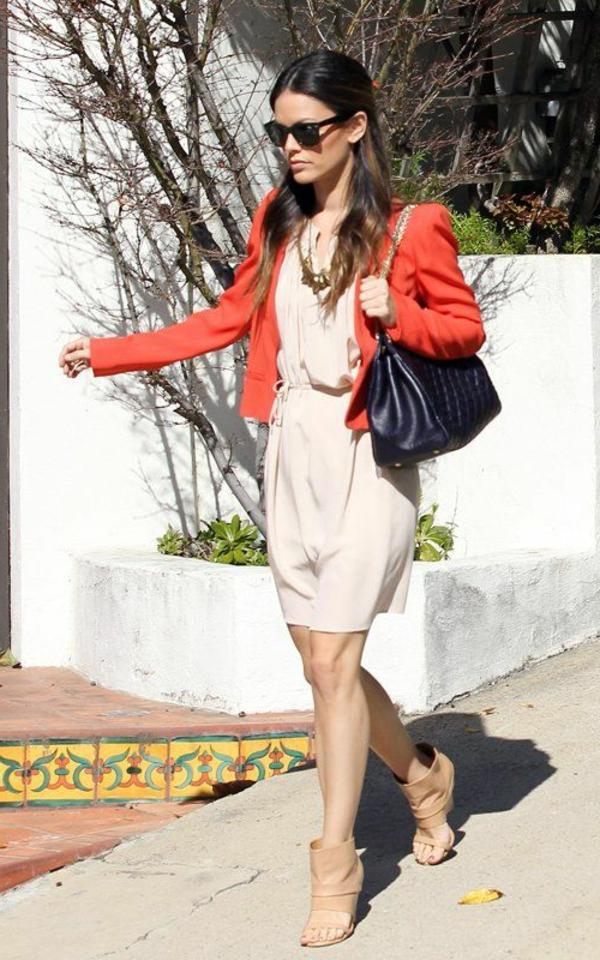 veste-corail-et-une-robe-beige