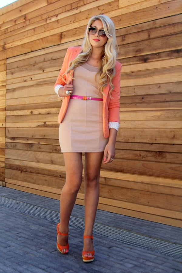 veste-corail-et-une-robe-claire-tenue-en-couleurs-douces