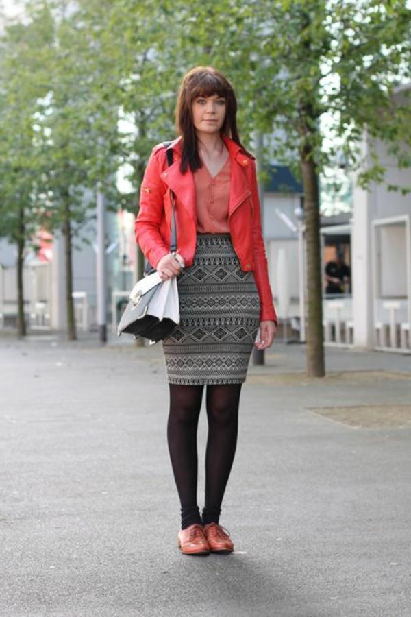 veste-corail-jupe-à-motifs-géométriques