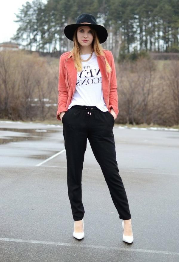 veste-corail-pantalon-noir-et-chapeau-feutre