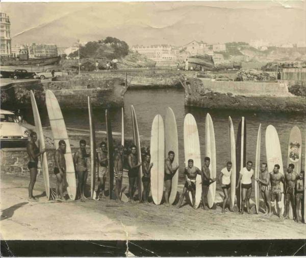 vieux-photo-des-surfeurs-XX-siècle-surfs