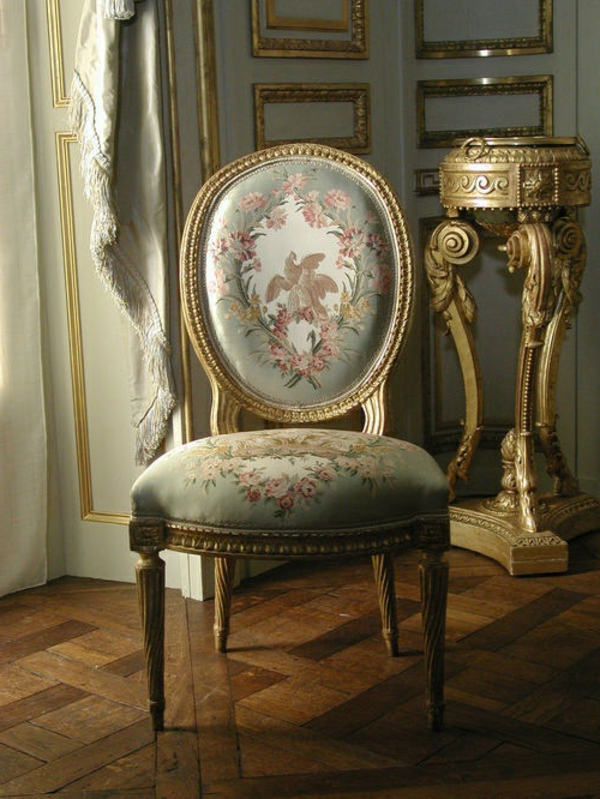 vintage-chaise-en-or-fleurs
