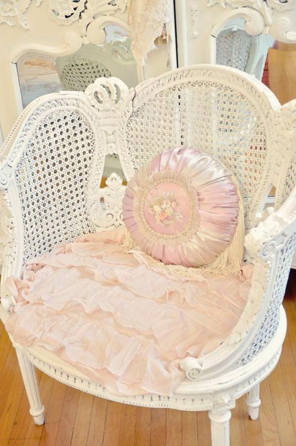 vintage-chaise-en-rose-en-blanc