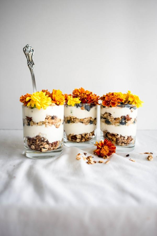 yogurt-avec-fleurs-consomables-dans-petites-pots