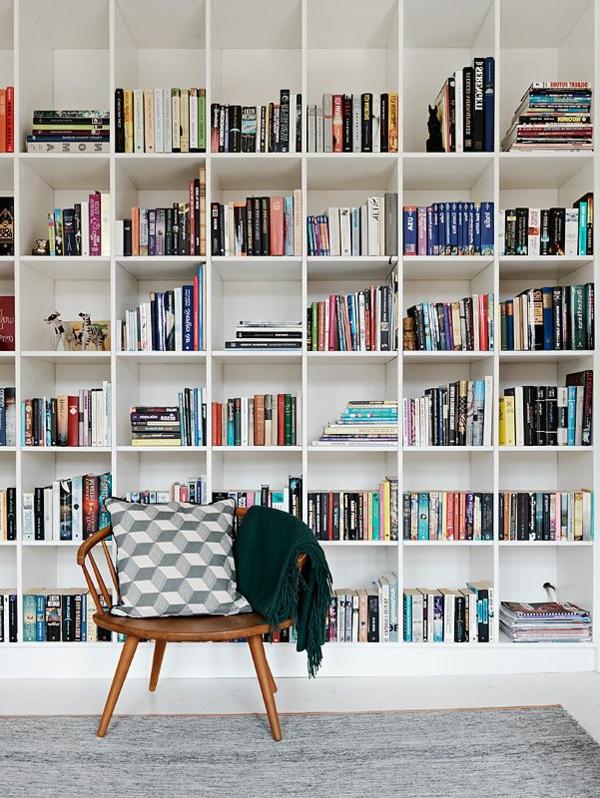 étagères-cubes-blanches-et-chaise-scandinave