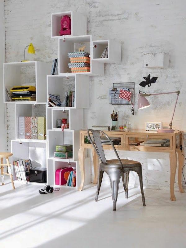 étagères-cubes-bureau-baroque-en-bois-et-chaise-industrielle