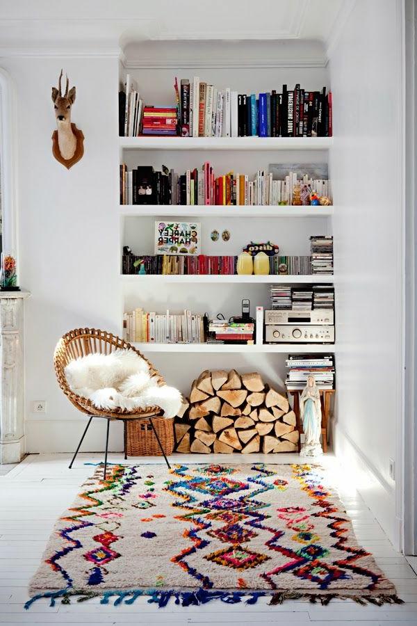 1-chaise-de-bureau-blanc-tapis-coloré-intérieur