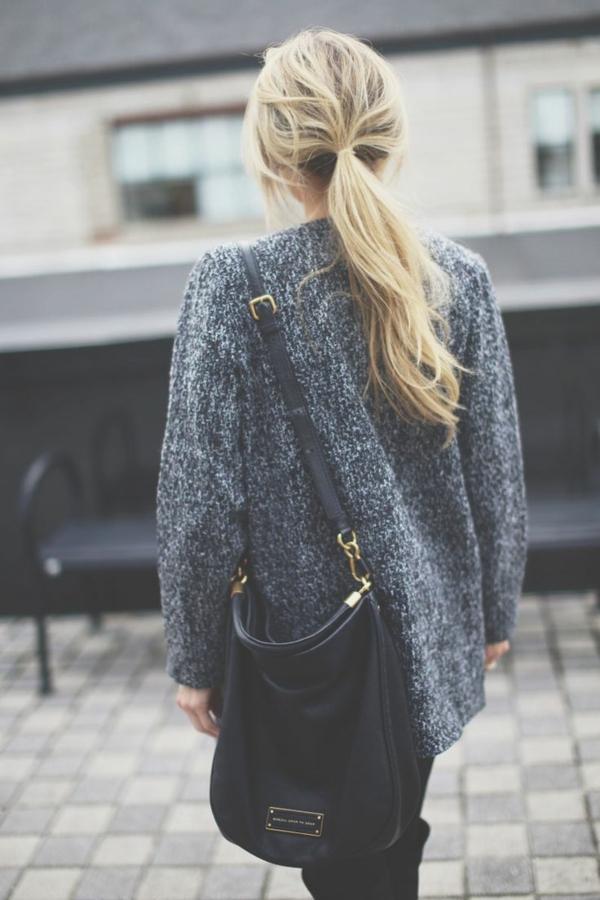 1-cheveux-blonde-vêtements-gris