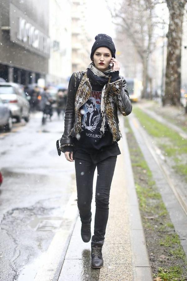 1-femme-marcher-sur-la-rue-style-vêtements-modernes