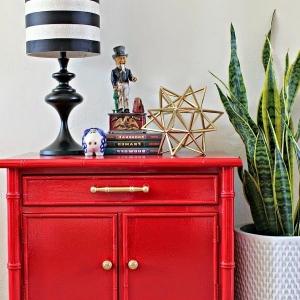 Mettez un meuble rouge pour enrichir l'intérieur!