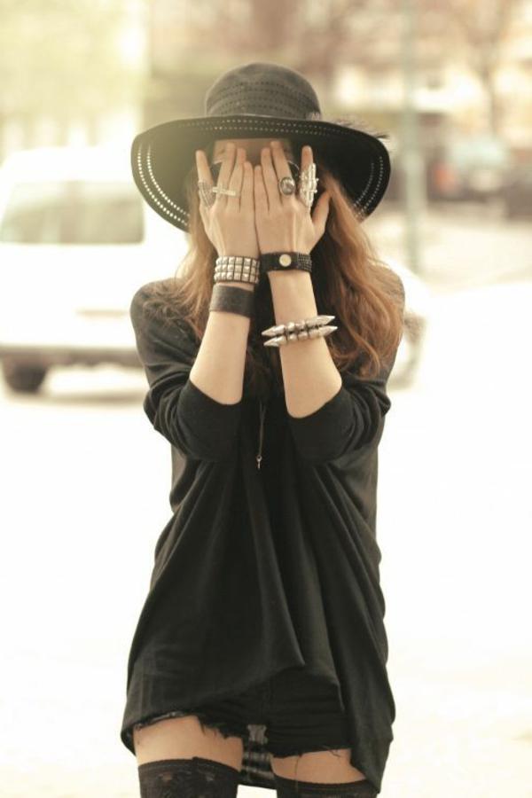 1-style-gothique-femme-rue-marcher-noir