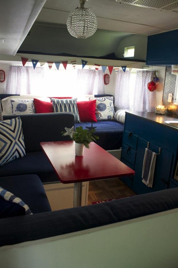 1-van-aménagement-moderne-bleu-rouge