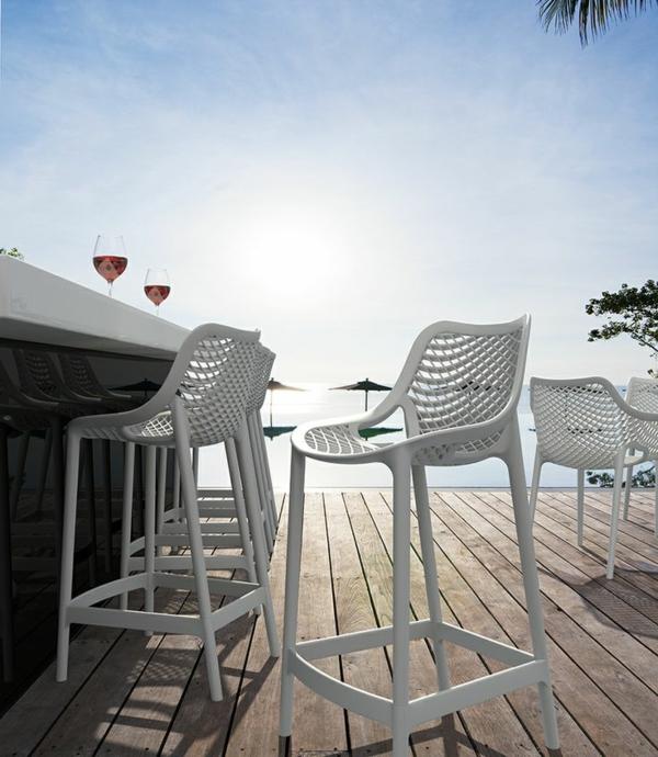 2-chaises-hautes-de-bar-mer