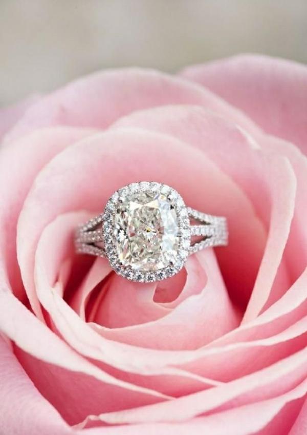 3-Idée-cadeau-pour-elle-anneau-dans-une-rose