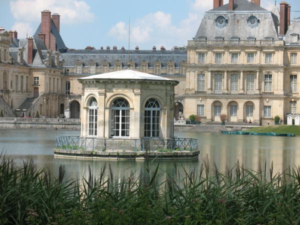 3-chateau-de-Fontainebleau-près-de-Paris-eau-resized