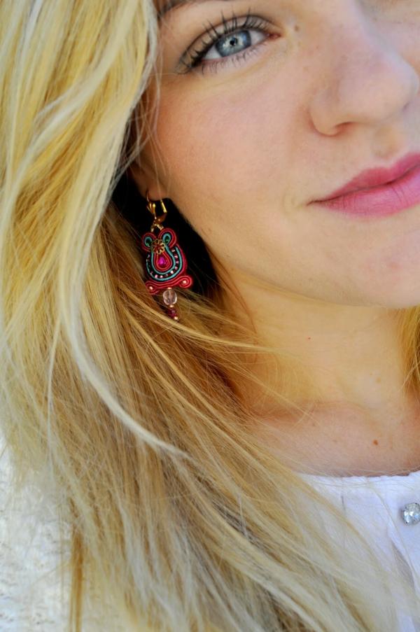 Boucles-d-oreilles-originales-idees-creatives-fille-blonde