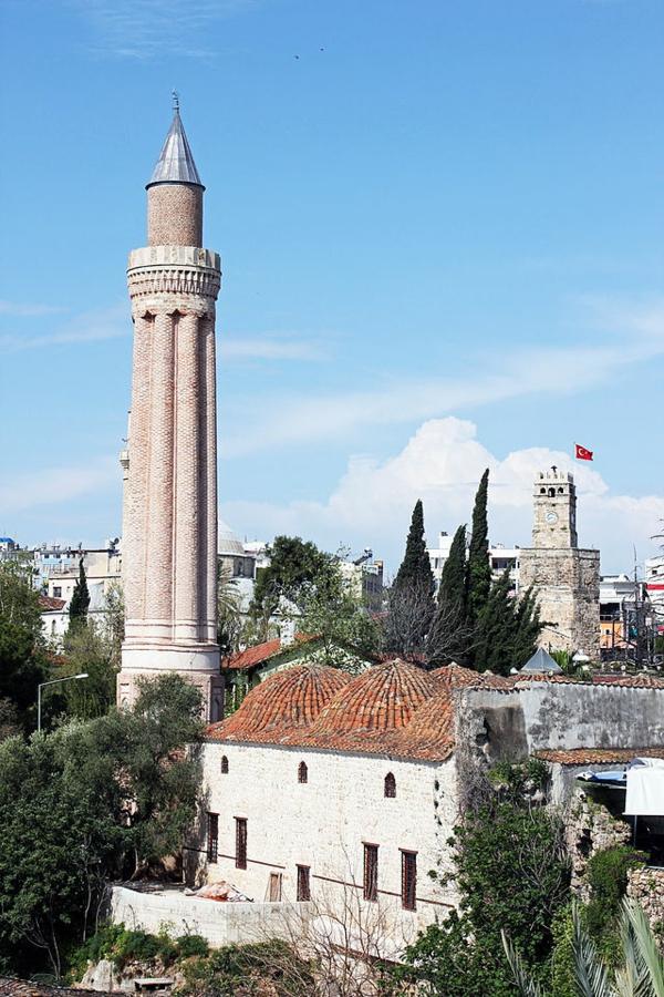Antalya-Yivli-Minare-Le-minaret-canelé-la-mosquée-à-six-domes-la-tour-romaine-de-l'horloge